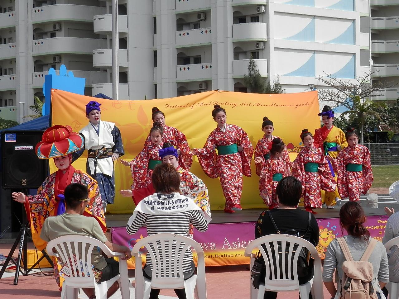 紅型衣装の可愛い子供たちの琉球舞踊