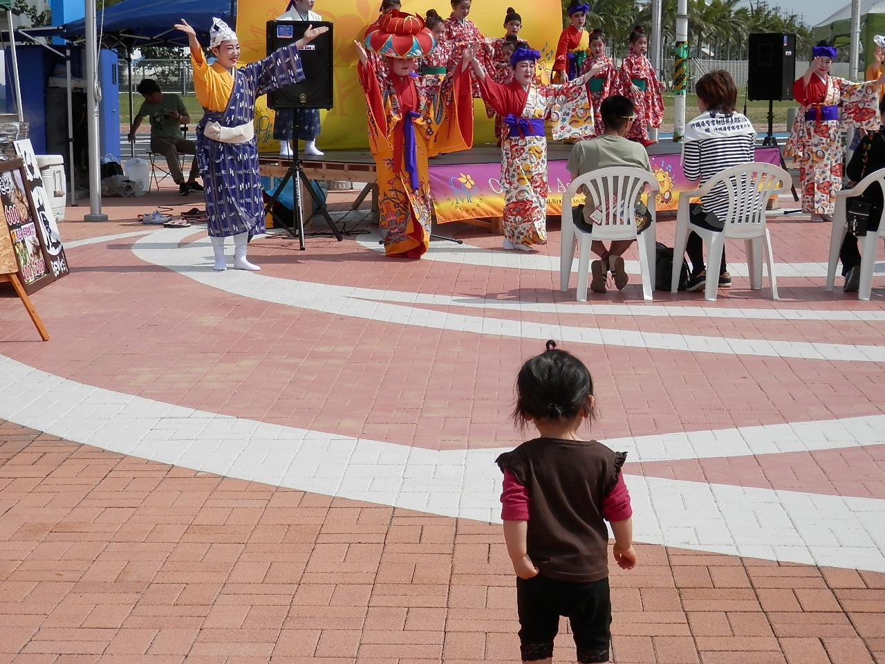 踊っているのを見た子供