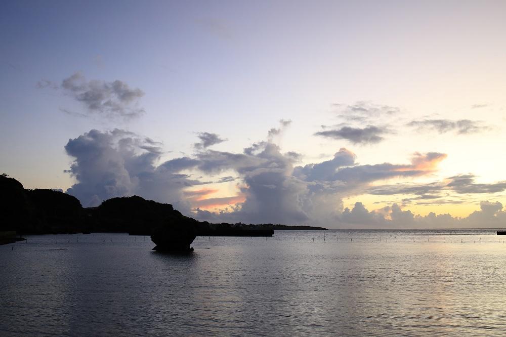 早朝の海と雲