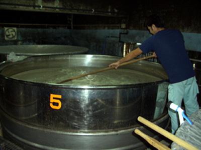 ステンレスのタンクで醸造する泡盛