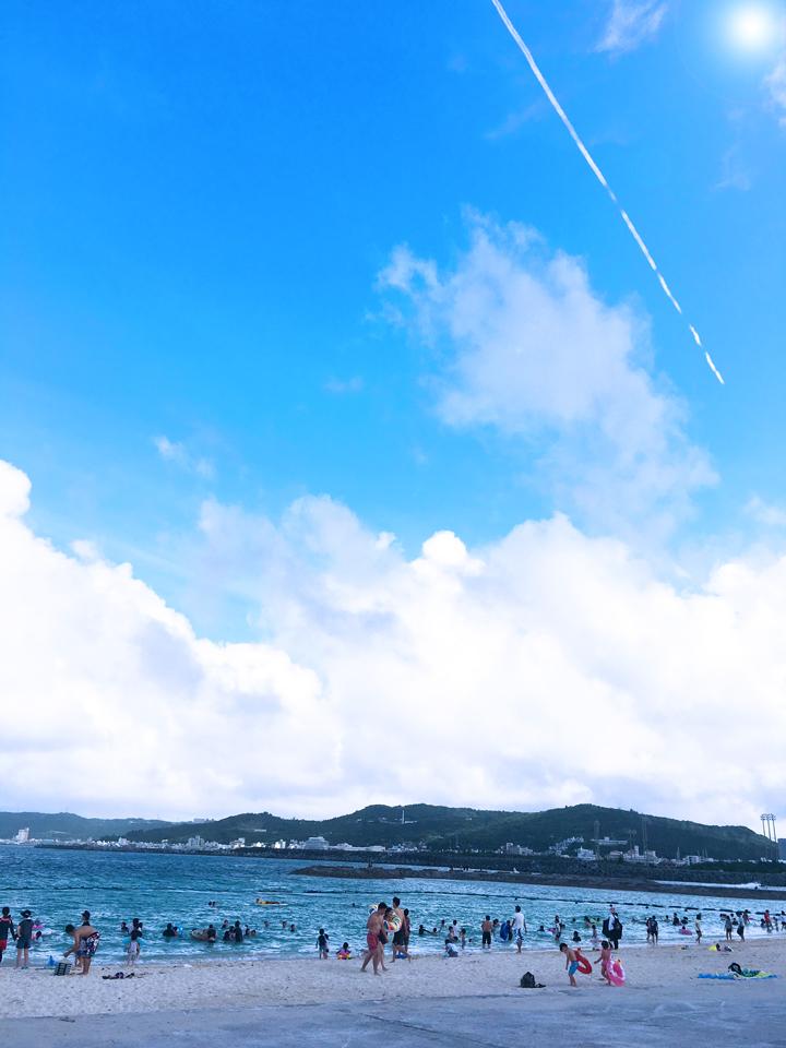 飛行機雲と青い空