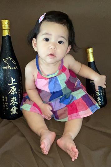 【画像】出産祝いの泡盛記念ボトルと可愛らしいお子様のツーショット写真