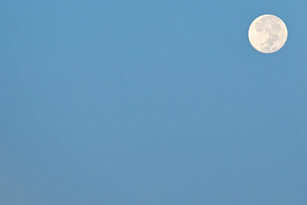 【画像】沖縄の朝空に浮かぶ満月