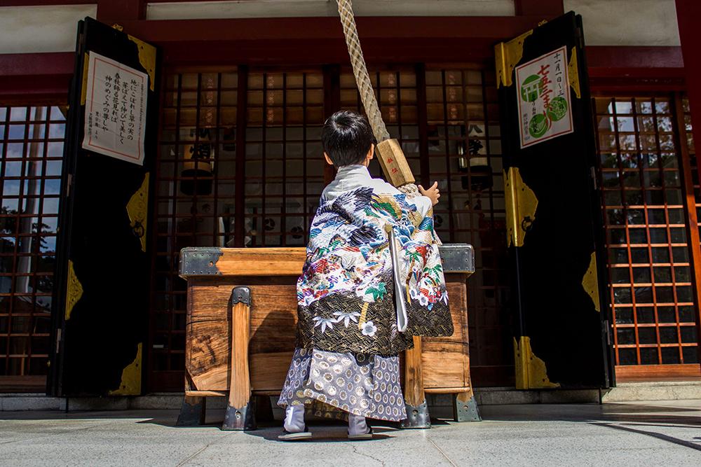【画像】神社の鐘を鳴らす男の子