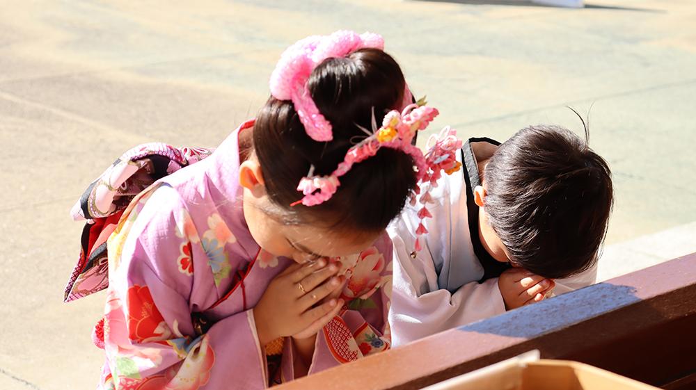 【画像】七五三のお参りをする姉弟