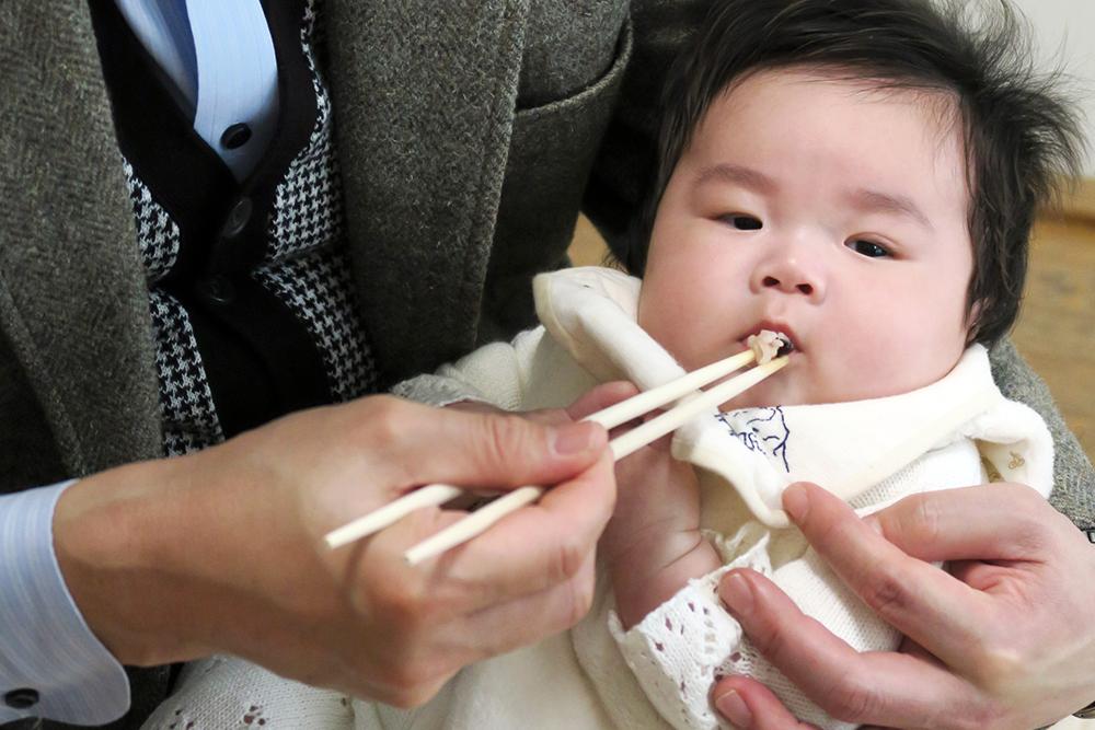 【画像】養い親が赤ちゃんに食べさせるシーン
